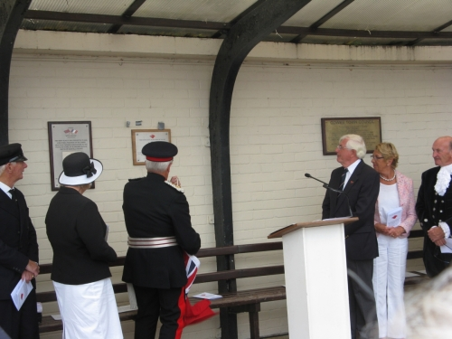The Lord Lieutenant unveiling the MMW Plaque remembering seafarers lost in war, September, 2016